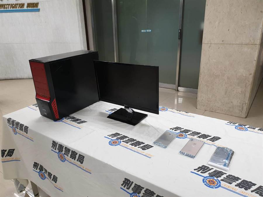 警方查扣到手機、電腦主機等贓證物。(林郁平攝)
