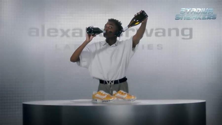 人氣網紅Rickey Thompson示範awnyc Stadium運動鞋的防水性。(微風提供)