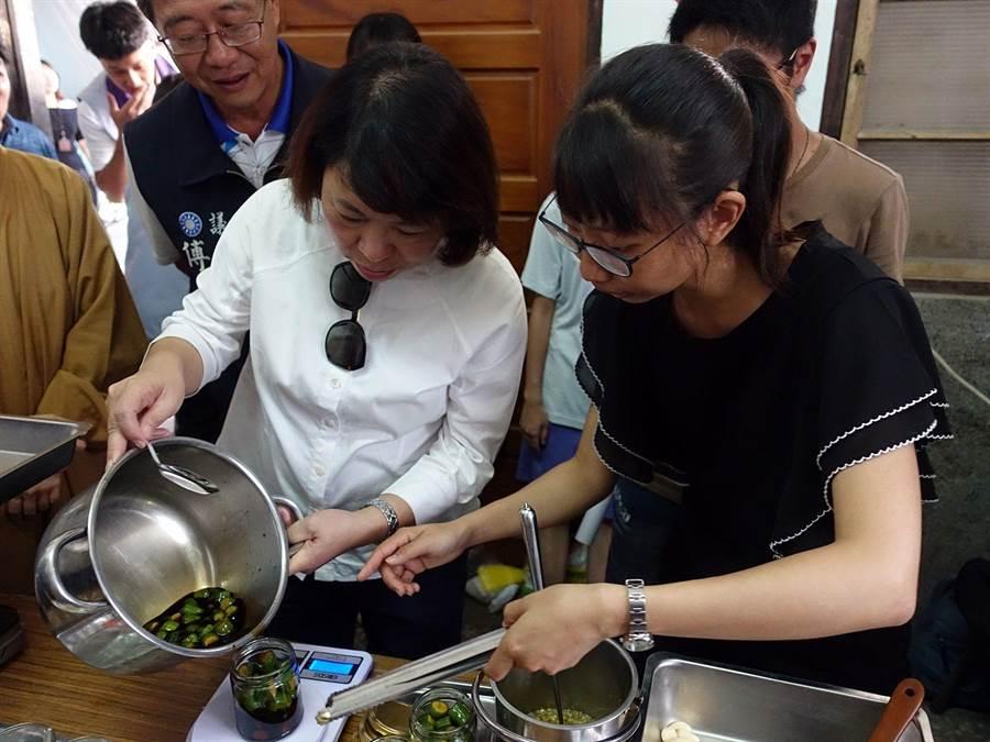 嘉義市長黃敏惠(左)參觀後驛社區「將才工場」,體驗醃製醬菜工法。(廖素慧攝)