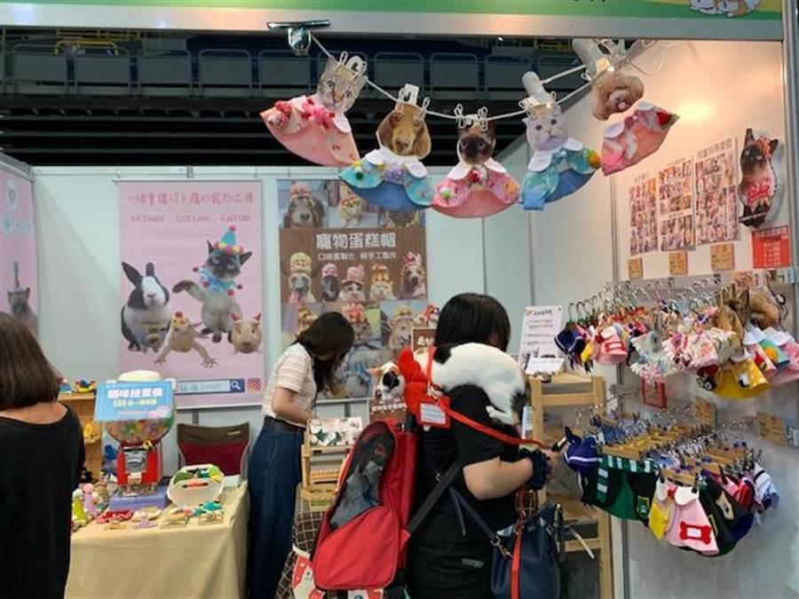 高雄巨蛋寵物用品展今(26)日起一連四天登場,上百家廠商進駐。(柯宗緯攝)