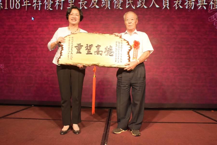 和美鎮民代表會主席林金鐘已經80歲了,服務年資長達40年,獲內政部頒發「二等內政專業獎章」,彰化縣長王惠美表揚。(吳敏菁攝)