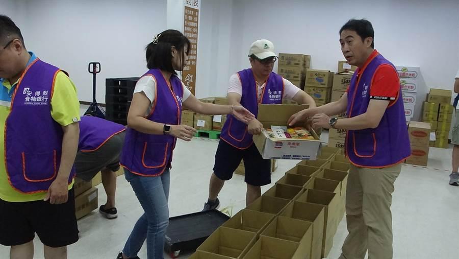 企業志工幫忙食物分裝。(譚宇哲翻攝)