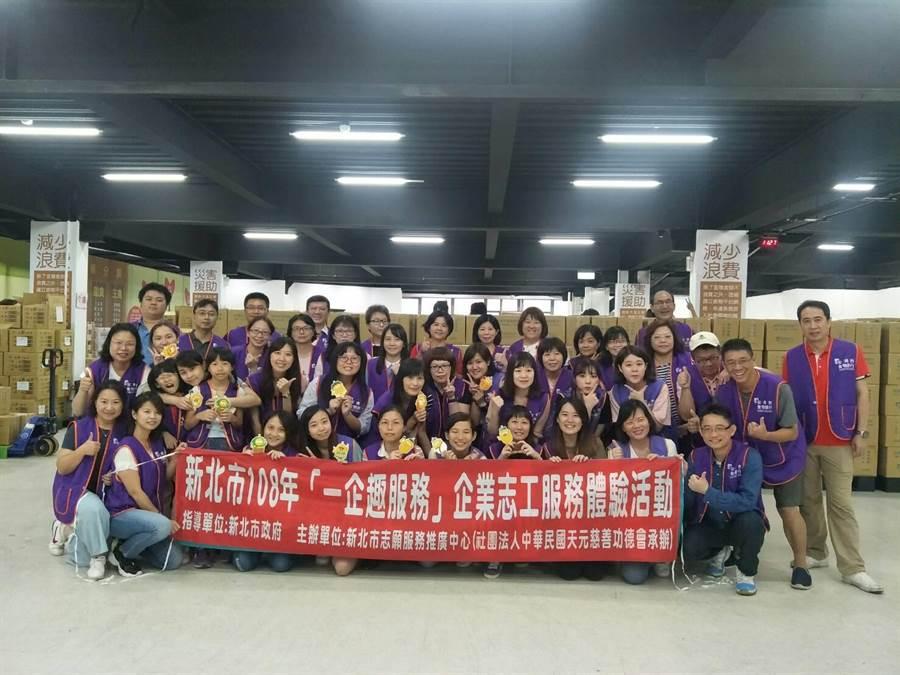 國泰世華和星展銀行企業志工到安德烈食物銀行服務-。(譚宇哲翻攝)