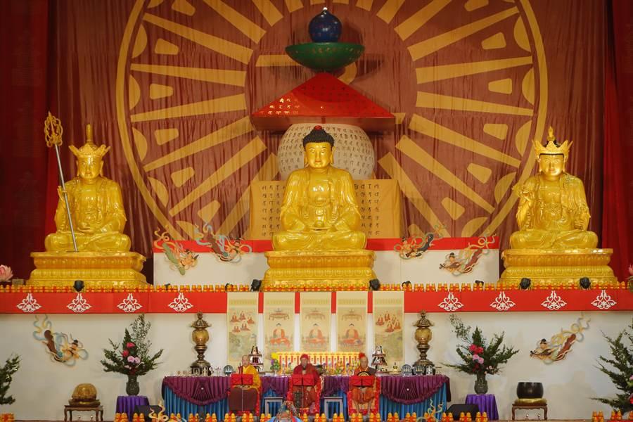世界宗教博物館將於8月11日舉辦「佛教供養文化體驗--靈鷲山水陸法會」走讀活動,實地走訪桃園巨蛋,欣賞靈鷲山水陸畫。(圖由靈鷲山佛教教團提供)