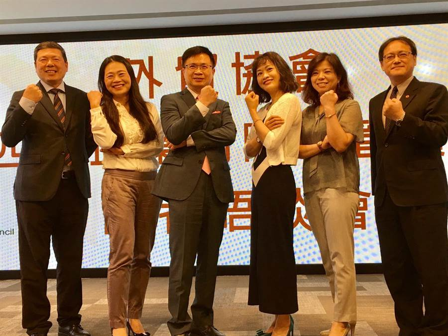 外貿協會董事長黃志芳(左3)偕秘書長葉明水(左1)、副秘書長王熙蒙(右1)與3位實戰班學員26日合影於貿協實戰班第四期說明會。(記者林汪靜攝)