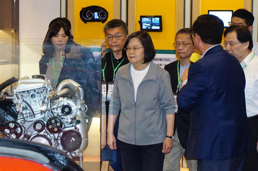 蔡英文總統參訪車王電子,喊出「上半年拚投資,下半年拚落實」,力求台灣經濟繼續穩定成長。(王文吉攝)