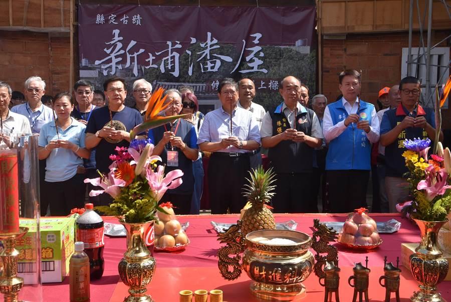 新竹縣長楊文科(右四)以及地方人士出席新埔潘屋上樑典禮,祈禱後續工程順利。(莊旻靜攝)