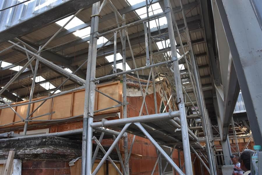 新埔潘屋修復工程以「保留最大化」為原則進行,工序講究。(莊旻靜攝)