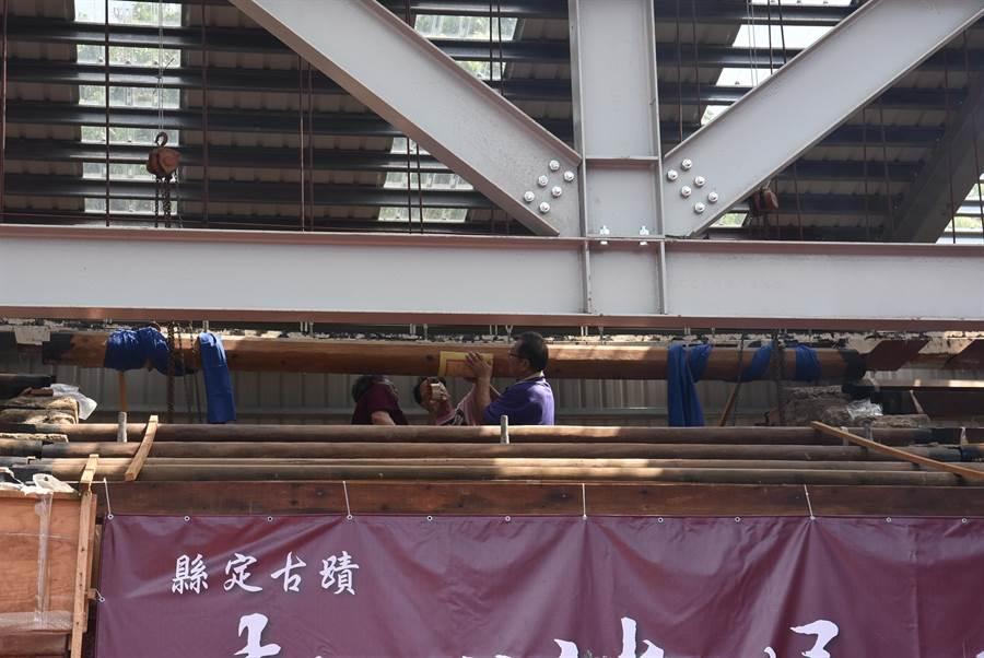 新埔潘屋修復工程26日舉辦上樑儀式,過程遵循古禮,十分慎重。(莊旻靜攝)