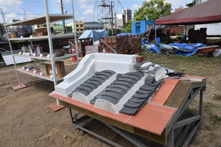 新埔潘屋修復工程26日舉辦上樑儀式,同時展示修復過程及相關工具、黑瓦等物品。(莊旻靜攝)