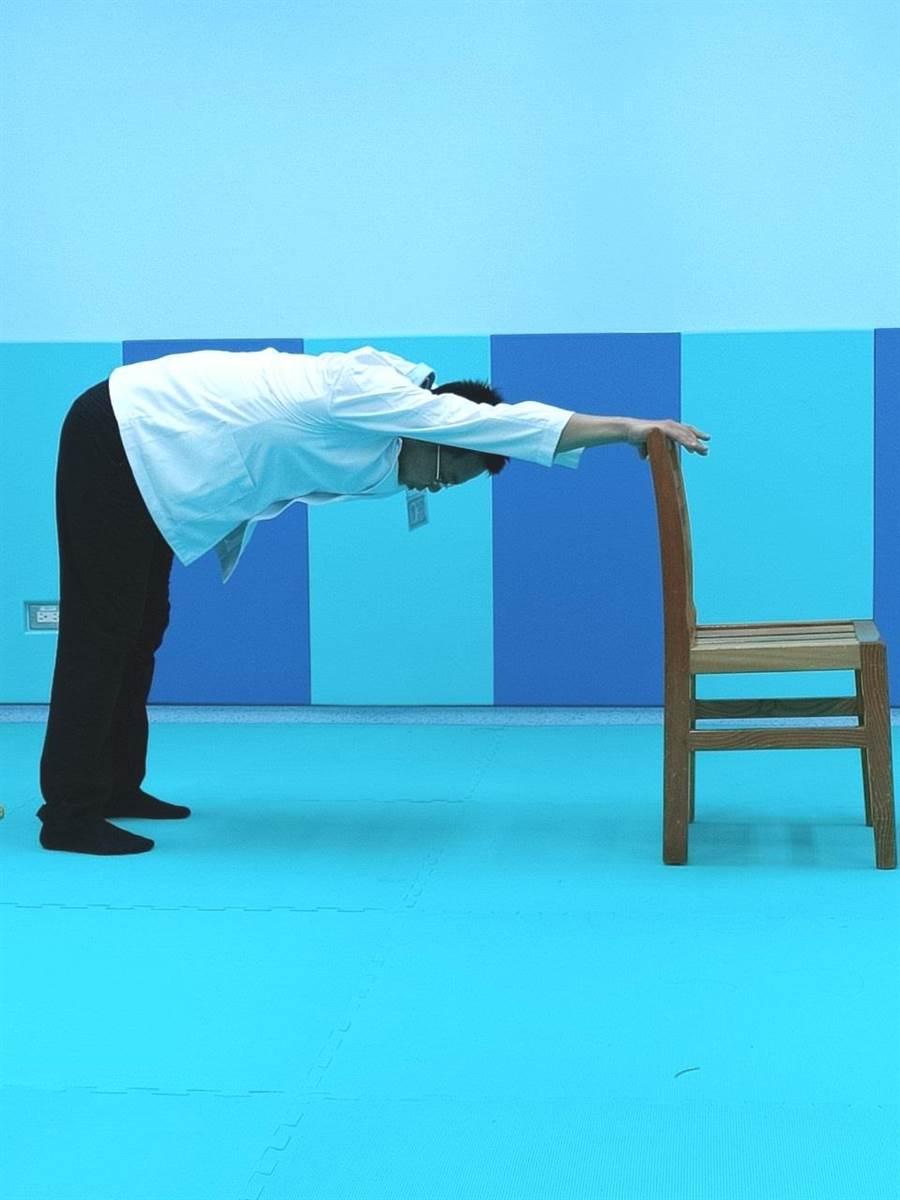 5招解壓力,做些肌肉伸展,矯正正常姿勢,可以減低酸痛。(張妍溱翻攝)
