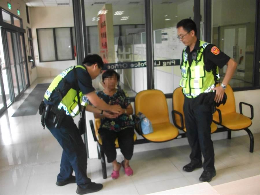 80歲的李姓婦人坐公車從南投埔里到台中太平找女兒走失,坪林派出所員警巡邏發現婦人後,連絡家屬帶回。(張妍溱翻攝)