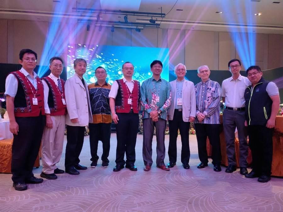台南市府團隊獲得亞太蘭花會議理事會全體委員一致支持,取得第15屆亞太蘭展主辦權,並與理事會成員合影。(台南市政府提供)