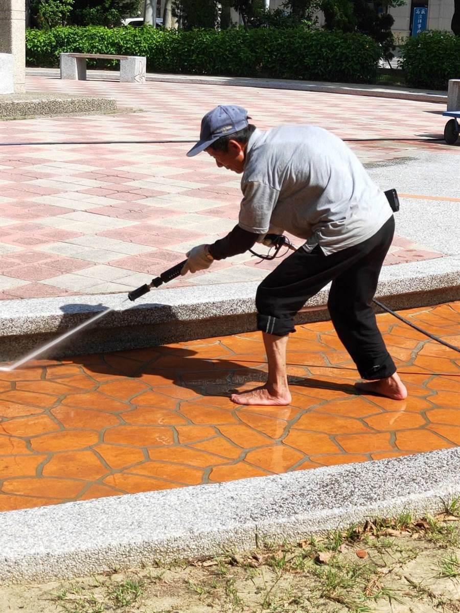 頭份市公所緊急派人進行清苔作業。(巫靜婷翻攝)