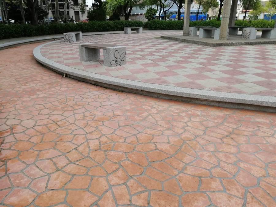 目前步道上的黑色青苔已清除,但民眾質疑問題應要治本,市公所回應將研擬方案改善。(巫靜婷翻攝)