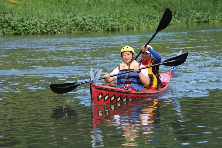 花蓮市公所的10艘手作阿美族獨木舟今下午在美崙溪畔正式下水,市長魏嘉賢(左)率先下水體驗。(張祈攝)