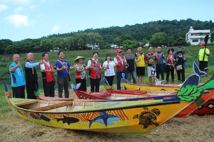 花蓮市公所今為「我在海島造舟」課程製作的獨木舟舉辦下水儀式。(張祈攝)