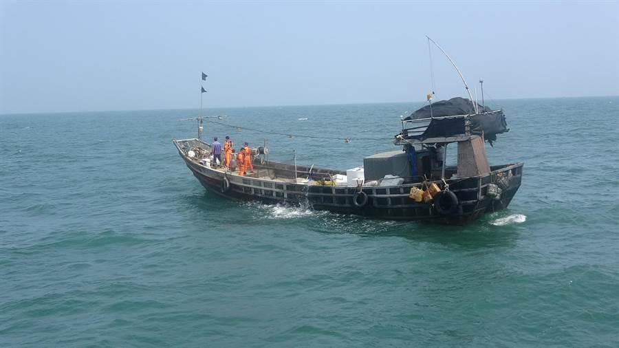 馬祖海巡隊10029艇今(26)日執行海上巡邏勤務,於東引海域亮島距岸2.9浬處發現1艘陸籍漁船違法越界。(葉書宏翻攝)