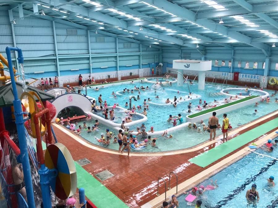 衛生局針對游泳池、三溫暖等業者水質抽檢,今年共有23家業者經實地評核,獲得「金牌水質認證」標章,認證期限為2年。(甘嘉雯翻攝)