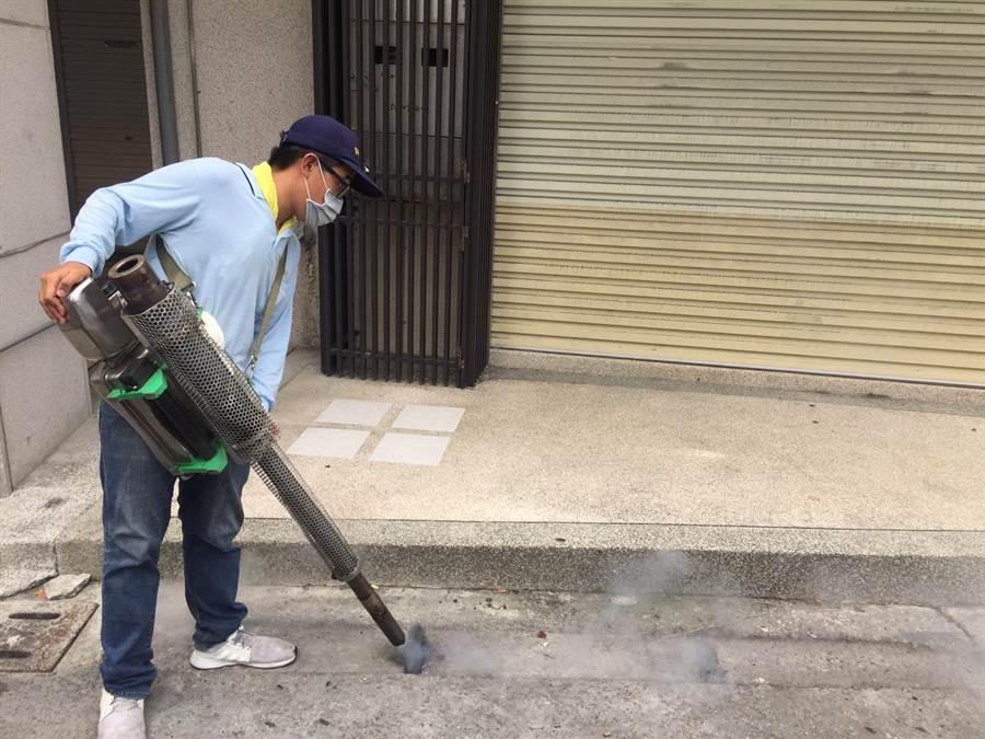 預防登革熱,台中市環保局展開第二梯次噴藥作業。(盧金足攝)