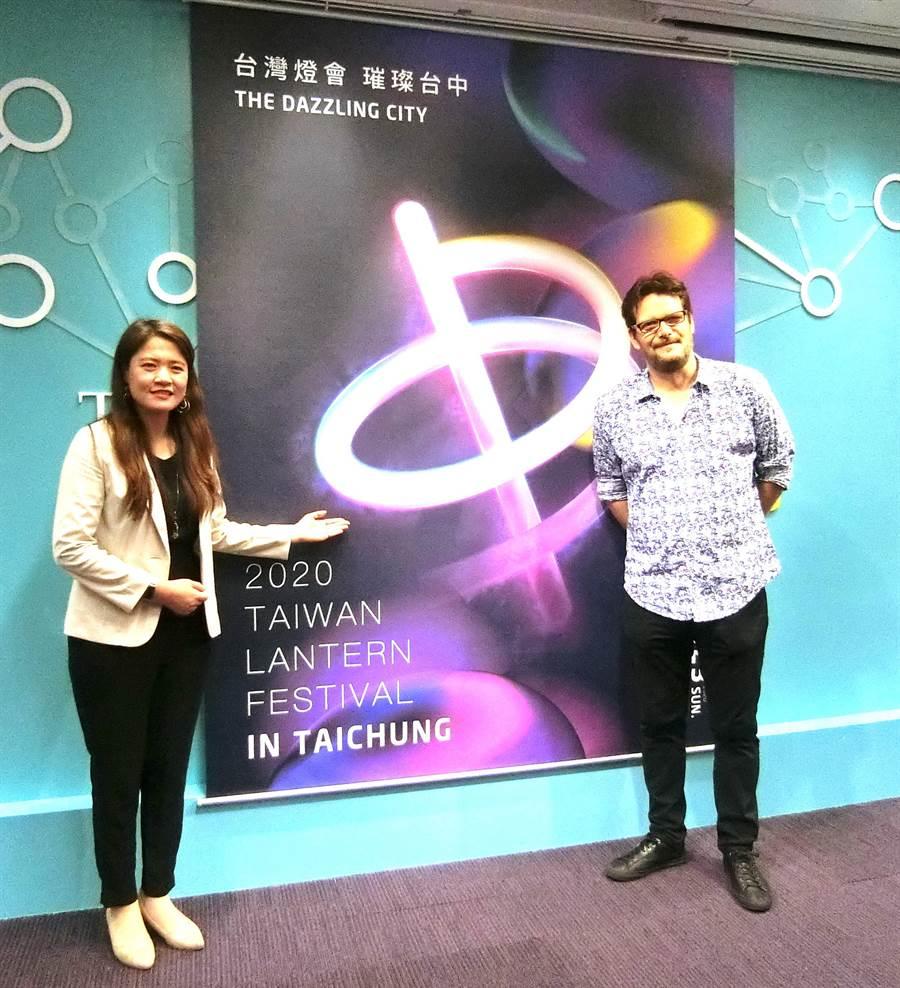 來台中定居20多年的英國籍設計師Anthony J. Soames(右),設計台灣燈會「璀璨台中」識別標誌26日揭曉。(盧金足攝)