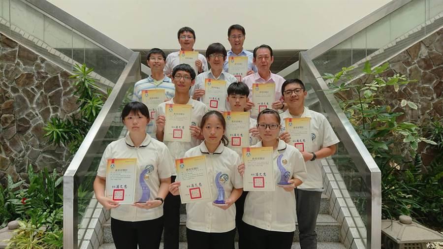 民雄農工校長鍾順水感謝參加科展的師生們,共同努力拿到好成績。(張毓翎翻攝)