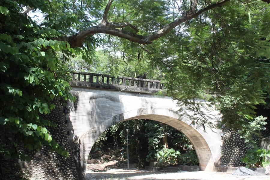 八卦山的銀橋飛瀑未在八卦山風景區內,深入林蔭步道,有傳說中的冷泉,鬱鬱蔥蔥,交織多條賞景步道,引人入勝。(吳敏菁攝)