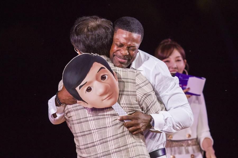 成龍(左)跟克里斯塔克相見擁抱。