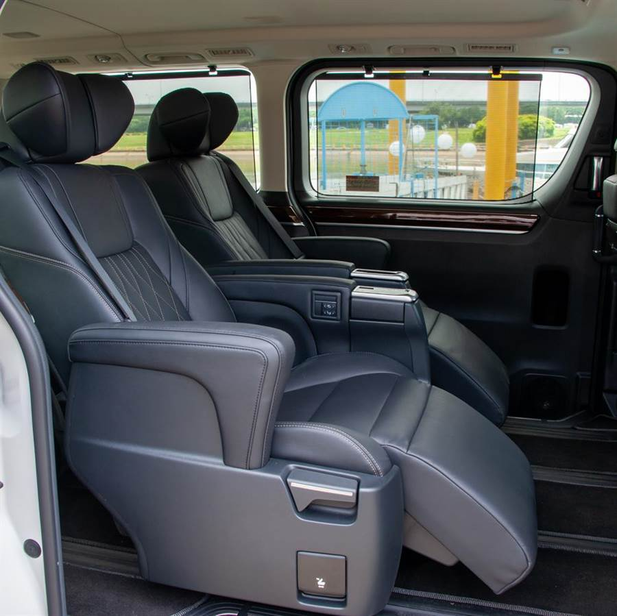 6人座旗艦座椅提供椅背傾斜、小腿支撐及電熱功能。(陳大任攝)