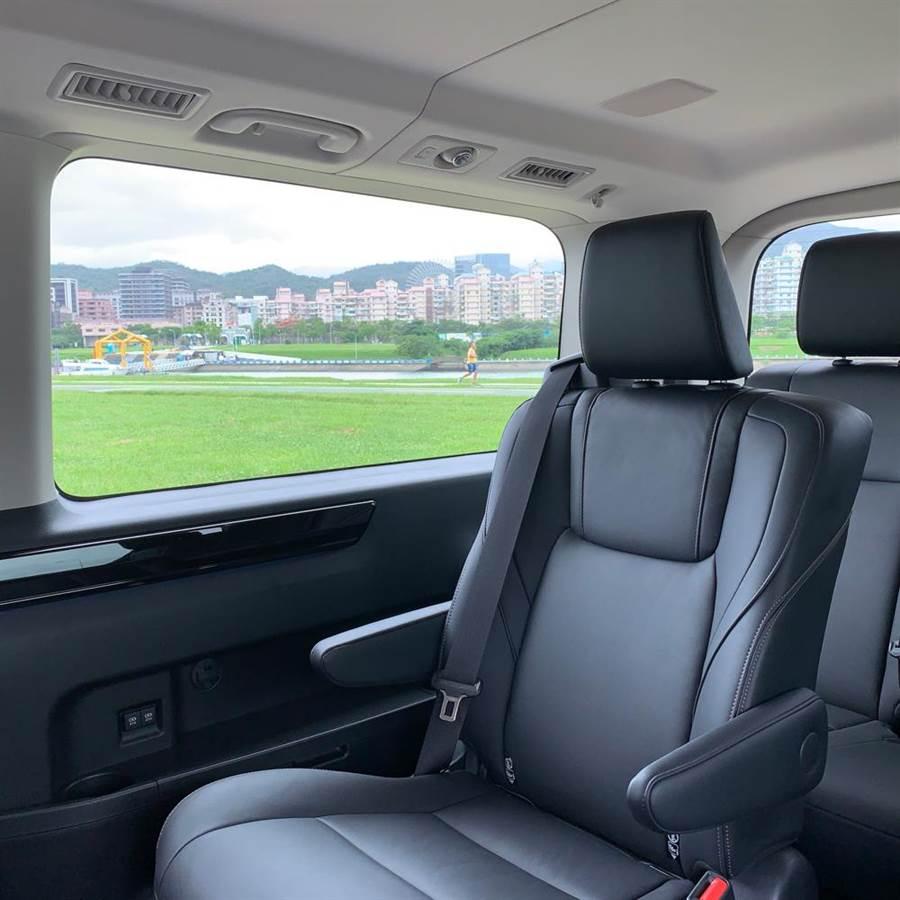 9人座乘客都享有絕佳的視野,側邊附有USB充電孔。(陳大任攝)