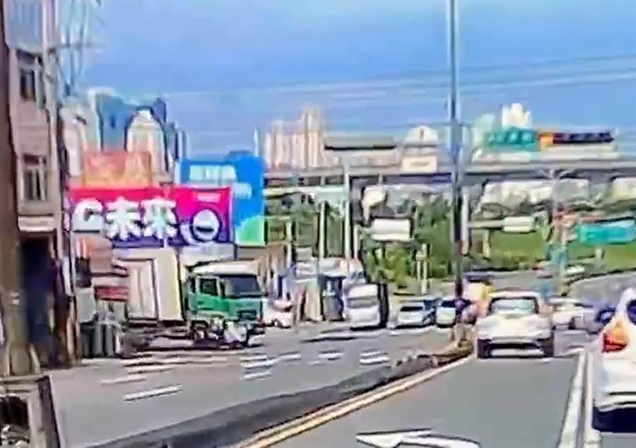 邱男25日下午駕駛一輛大貨車右轉時,右前方撞上由張姓女騎士騎乘的機車,女騎士連人帶車倒地。(翻攝林姓男子臉書)