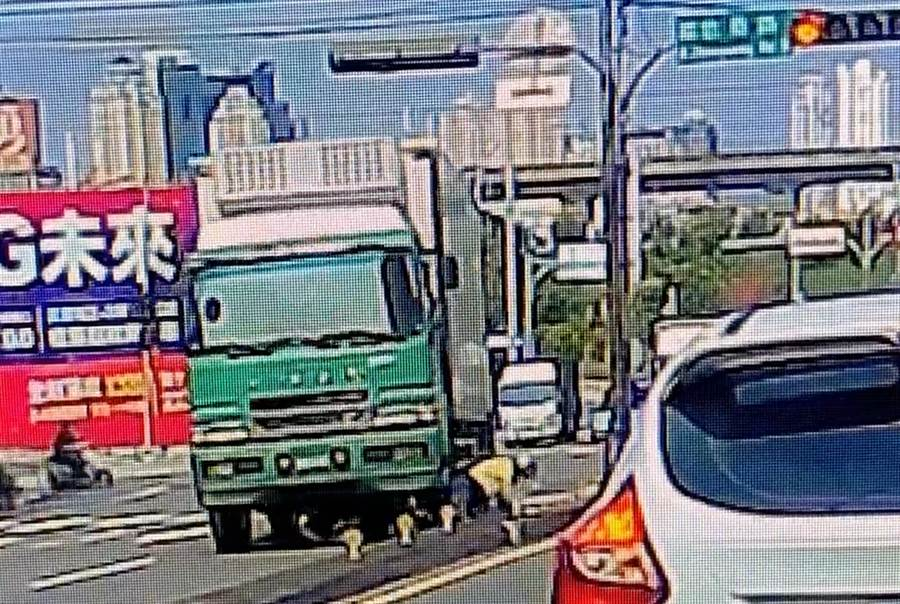 邱男駕駛的大貨車右轉時,右前方撞上由張女後,張女連人帶車滑到貨車左前輪,拼命掙扎想爬起來,直到貨車轉正後暫時停了下來,張女趁機爬了出來,但不到1秒貨車居然又繼續前進。(翻攝林姓男子臉書)