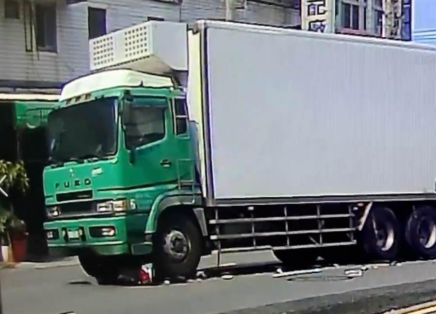 張女差點遭貨車輾過,死裏逃生爬了出來後,貨車繼續前進,將機車輾碎後才停了下來。(翻攝林姓男子臉書)