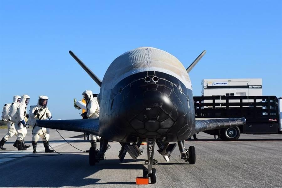 美國空軍X-37B擁有在軌道上快速進行機動變軌的能力,讓對手極難偵測與預測其路徑。(圖/美國空軍)