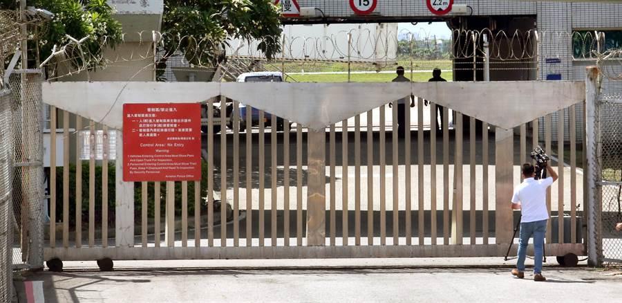 調查局幹員22日會同台北關人員,在圖中桃園機場內通往國賓門的鐵門前,將裝載私菸的國安局貨車攔下。(范揚光攝)