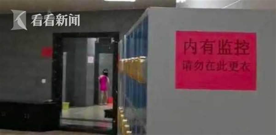 園方在接獲遊客的反饋後也立即在置物櫃張貼「內有監控,請勿在此更衣」的告示。(翻攝自看看新聞)