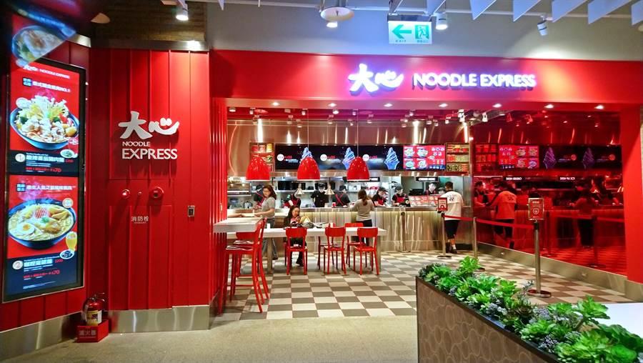 瓦城旗下新泰式麵食「大心」規畫以不同店型進駐各類商圈,目前已開出2家店規模較小的「大心EXPRESS」,圖為大直美麗華店。(林資傑攝)