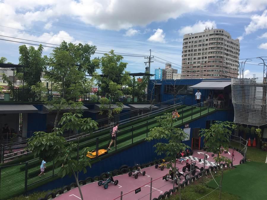 台南貨櫃公園遊樂設施包括戶外的滑梯沙池、樹屋繩網、滑草坡、卡丁自行車及室內的樂高積木工地及彩虹攀岩場。(曹婷婷攝)