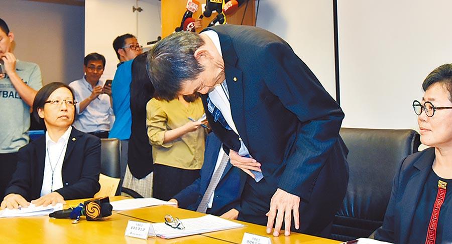 華航25日針對總統專機私菸案進行說明,華航董事長謝世謙(右)針對此事造成社會紛擾造成社會紛擾鞠躬道歉。(資料照/顏謙隆)