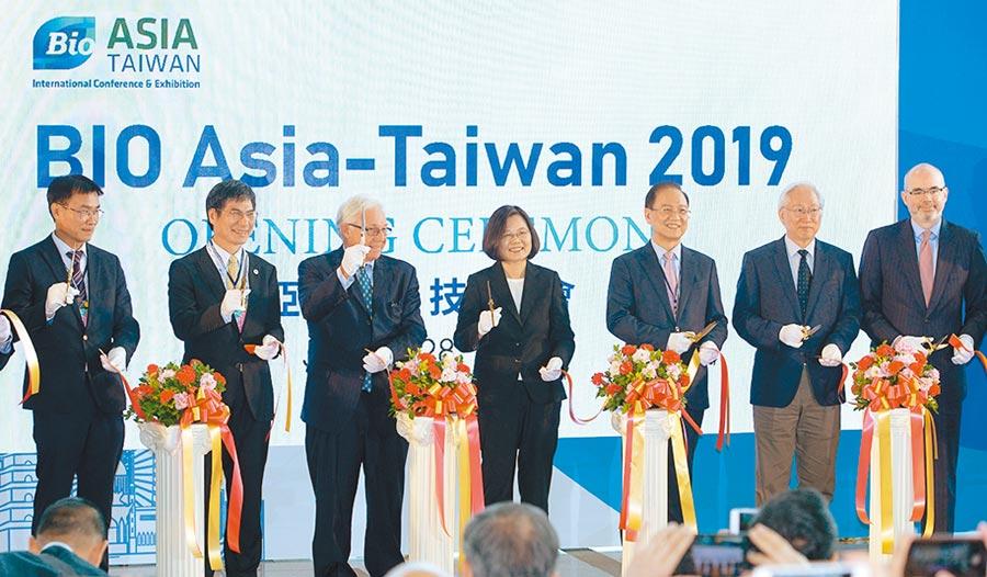 「2019亞洲生技大會」25日舉行開幕典禮,總統蔡英文(中)、台灣生物產業發展協會理事長李鍾熙(右三)、全球BIO總裁葛林伍德(左三)等共同出席剪綵儀式。圖/王德為