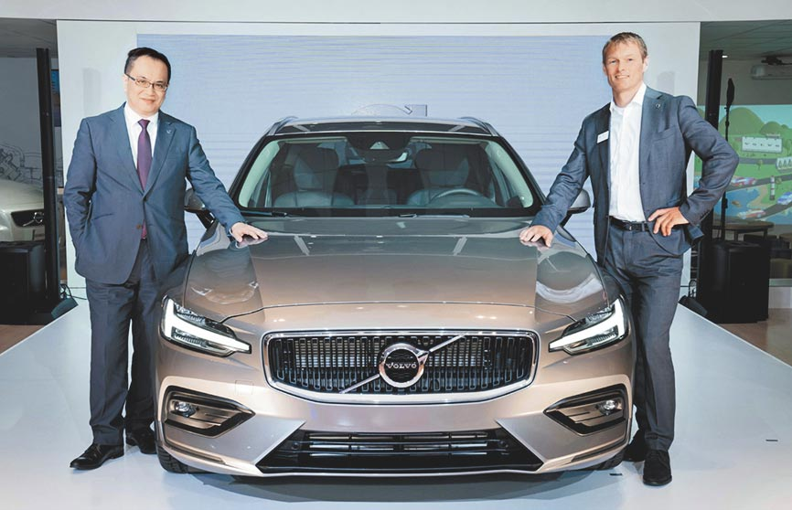 由國際富豪汽車總裁陳立哲(左)與VOLVO原廠資深產品經理Ragnar Crona共同引領Volvo The New V60在台初登場。圖/陳慶琪
