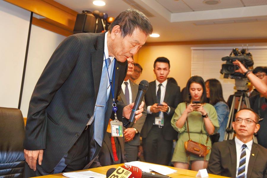 華航總統專機捲入私菸案,董事長謝世謙25日召開記者會說明,對於此事造成社會紛擾,致上最大的歉意。(王英豪攝)