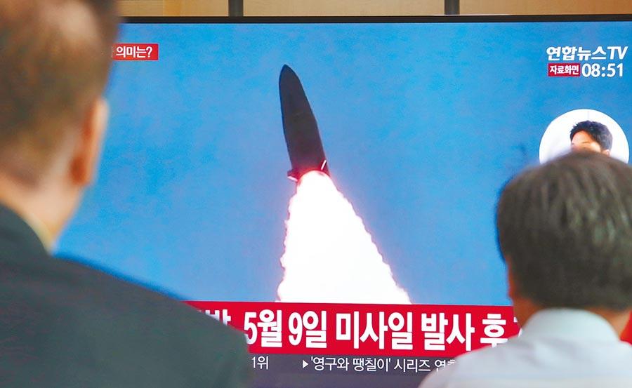 北韓25日從元山發射兩枚飛彈。圖為南韓民眾觀看電視牆播報的北韓試射飛彈突發新聞。(美聯社)