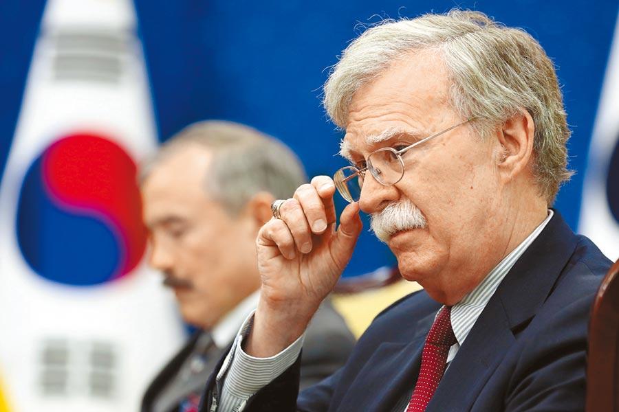 美國國家安全顧問波頓離開南韓僅過數小時,北韓旋即發射2枚短程飛彈,除了向美國施壓,也藉機對宿怨已久的波頓表達不滿。(見路透)