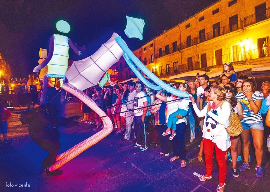 來自西班牙最佳的街頭演出,高達4米的巨型人偶《Big Dancers》將於新北兒藝節演出。(葉德正翻攝)
