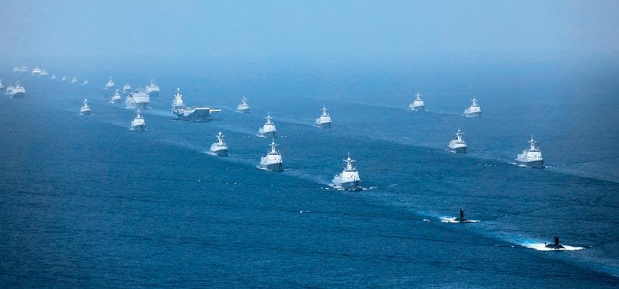 2018年4月12日,大陸在南海海域舉行海上閱兵。 (新華社)