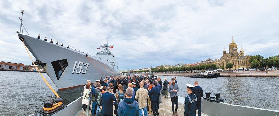 7月24日,俄羅斯聖彼得堡涅瓦河畔舉行歡迎西安艦活動。(新華社)