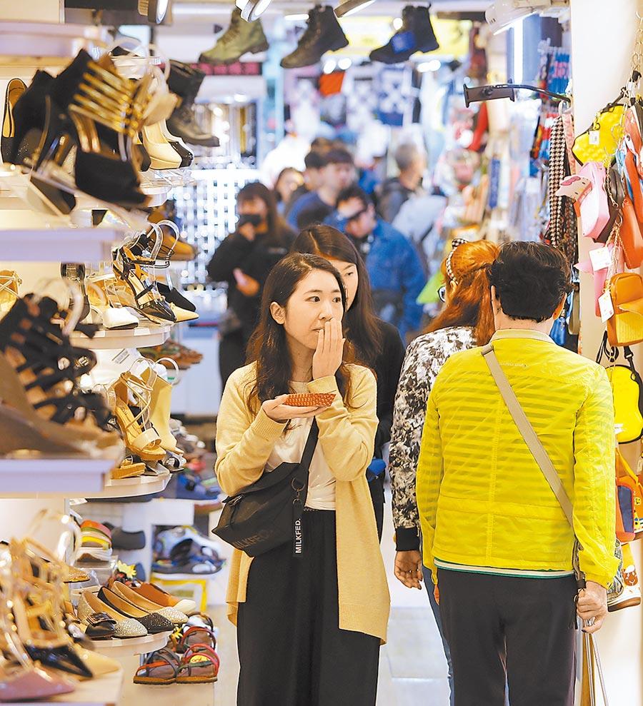 台經院預測今年台灣經濟成長率為2.12%。圖為西門町逛街民眾走過一整排擺設在騎樓、目不暇給的商品。(本報系資料照片)