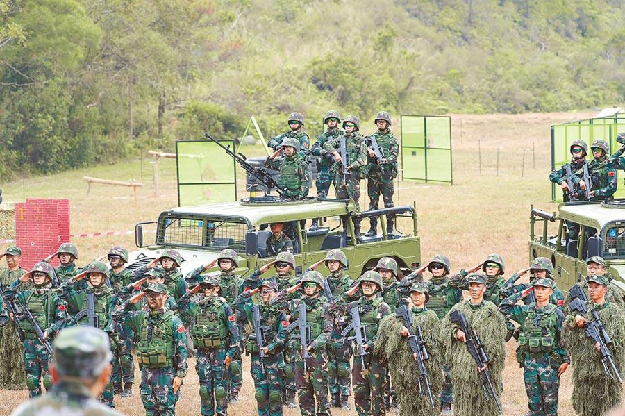 2018年11月17日,解放軍駐港部隊在新圍軍營舉辦軍事日活動,展示演訓成果。(中新社)