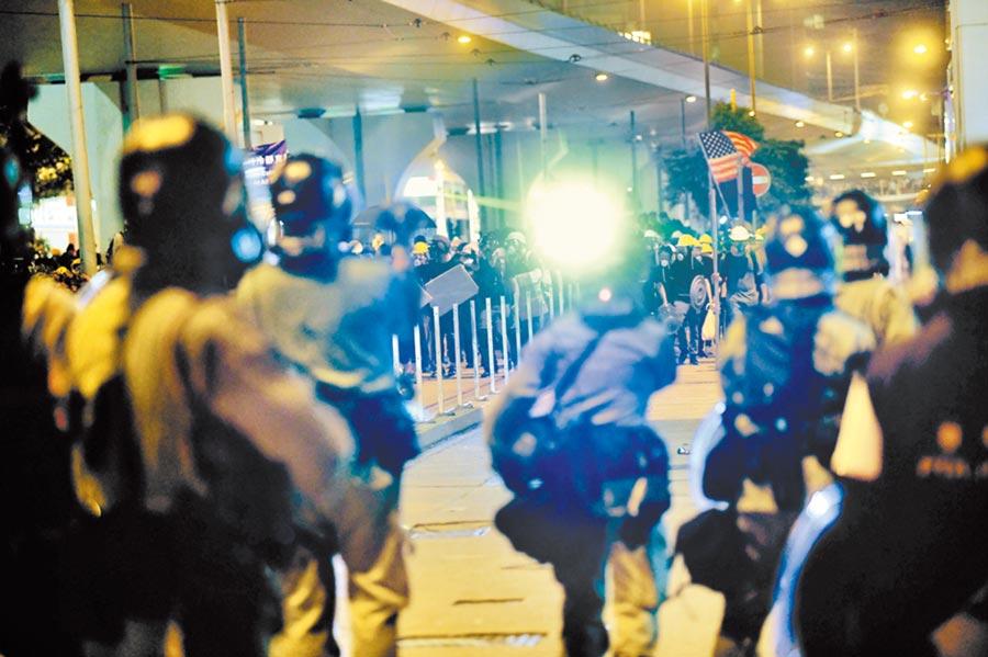 7月21日,香港示威者與警方對峙。(中新社)